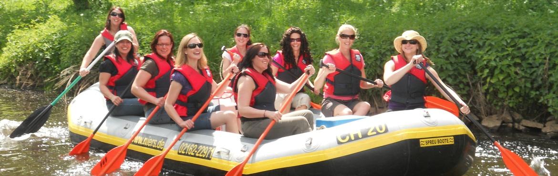 Schlauchboot mit Mädels