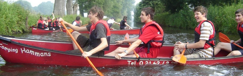Schüler lachend in Booten