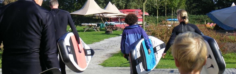 Stehpaddler gehen zum Bootssteg